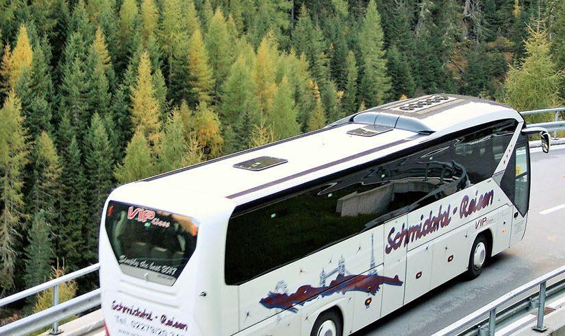 Als Gruppe verreisen – einen Bus mit Fahrer mieten oder das Flugzeug nutzen?